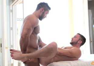 Stunning guy has a carnal masseur slatternly his lawcourt and banging his ass