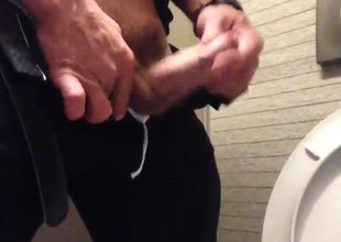 Str8 daddy cum in public toilet