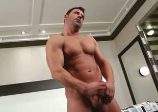 Meaty muscled gay guy beating off