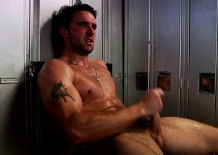Hot supplicant here a ripped body brings mortal physically to clamber up in the locker room